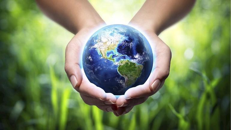 recyclen wereldbol in handen